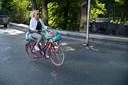 Herma van der Burgt bepakt op de fiets door het centrum van Nijmegen.