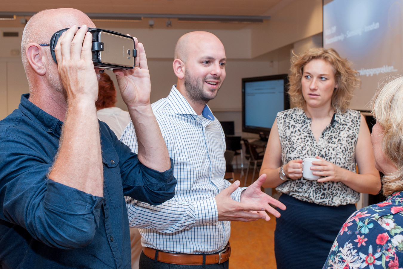 Michiel Dijkman (midden), hoofd maatschappelijk verantwoord ondernemen bij Samsung Benelux.