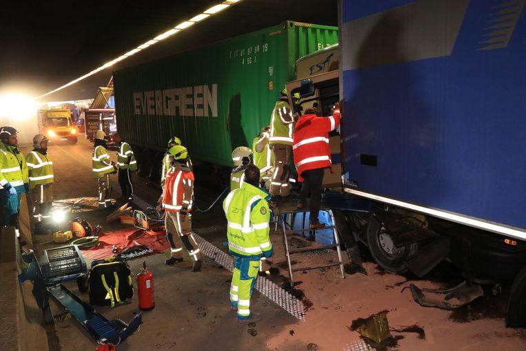 De bestuurder van één van de vrachtwagens moest uit het wrak bevrijd worden.