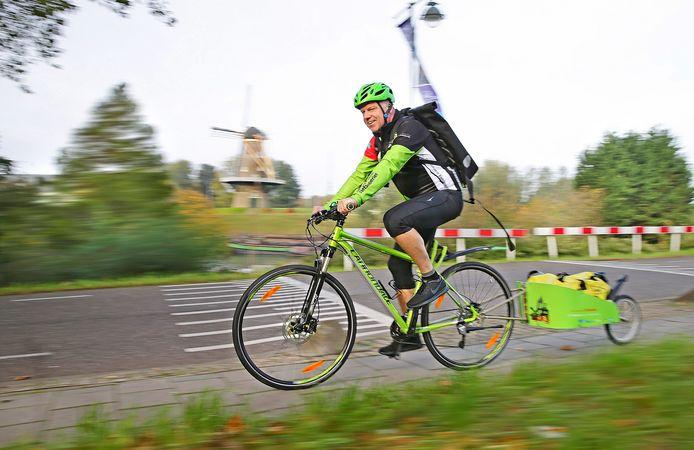 Herrewijn, de Gorkumse Fietskoerier, op de Vijfde Uitgang. Voor de verkeersveiligheid reed hij voor de foto op de stoep.