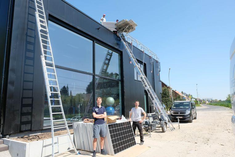 Een aannemer legt 102 panelen op het gebouw van SPOR.