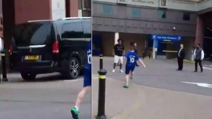 Chelsea-voetballer Willian lijkt jonge fan eerst teleur te stellen, maar Braziliaan pakt dan toch uit met klassegebaar