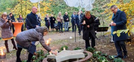 Overleden baby's herdenken bij monument 'Sterrenlicht' bij Eindhovens crematorium Rijtackers