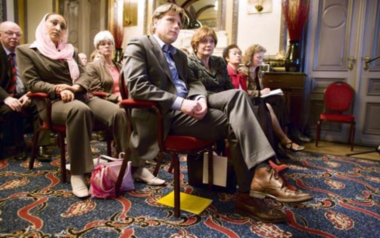 Minister Vogelaar (voorste rij, tweede van links) is donderdag in Hotel Des Indes in Den Haag aanwezig bij de presentatie van de Integratiebarometer van Vluchtelingenwerk Nederland. Daaruit blijkt dat de integratie van vluchtelingen, die vaak hoog opgeleid zijn, zorgwekkend is als het om werk en inkomen gaat. (Martijn Beekman - de Volkskrant) Beeld