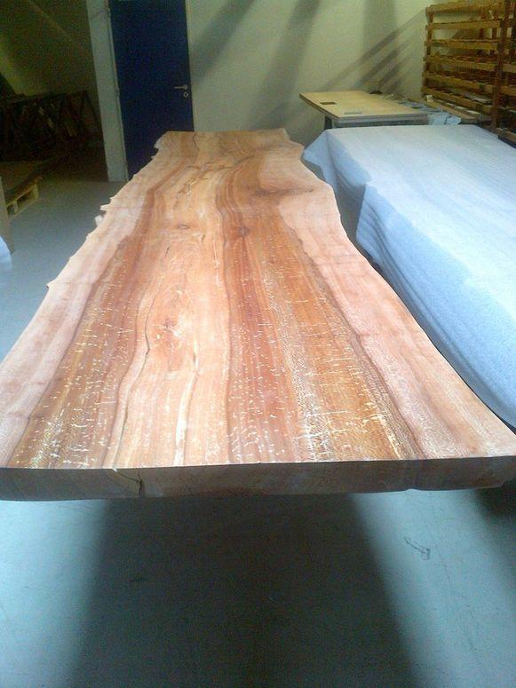 Een voorbeeld van de tafels die de firma Bosq van de platanen zal maken.