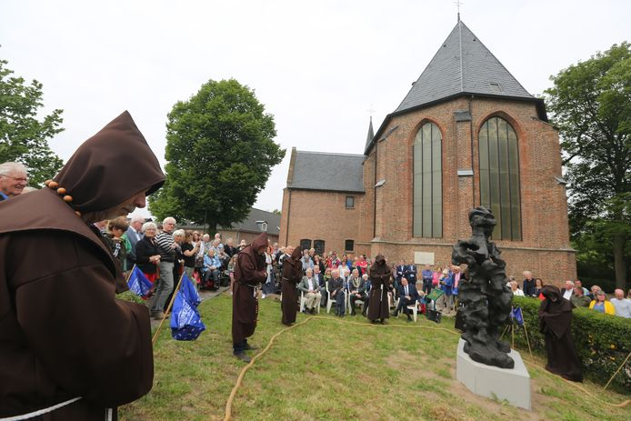 'Monniken' lieten met Jan Terlouw een lang dik touw - teken van verbondenheid én individuele kracht - door de handen gaan, bij wijze van 'onthulling' van het beeld van Lebuinus in Wilp.