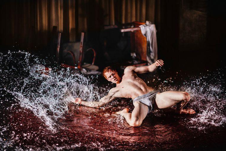 Marne van Opstal in The Lost Room (2016) door NDT. Choreografie: Franck Chartier. Beeld Rahi Rezvani