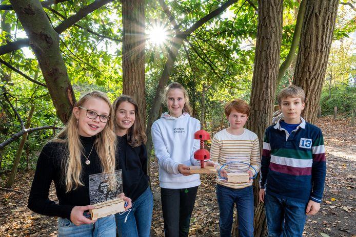 Robin, Isis, Sophie, Guus en Nicolaas (van links naar rechts) met in het midden het model van de boomwoning en met twee ScienceMakers Awards.