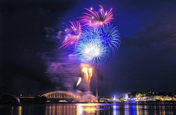 Vuurwerk boven de Waal in Nijmegen.