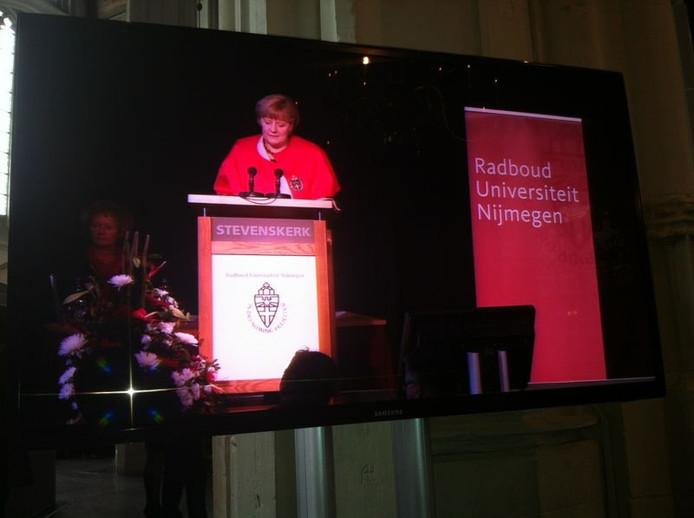 Angela Merkel spreekt de aanwezigen in de Stevenskerk toe nadat ze het eredoctoraat van de Radboud Universiteit heeft ontvangen.