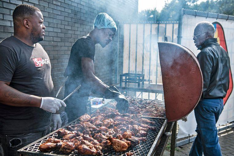De barbecue na de wedstrijd tussen Telstar en Suriname. Beeld