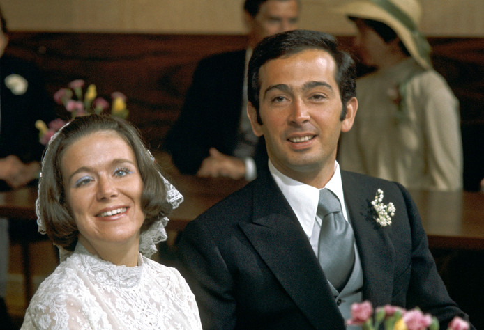 Het burgerlijk huwelijk van prinses Christina en Jorge Guillermo wordt voltrokken op het gemeentehuis van Baarn, 1975.