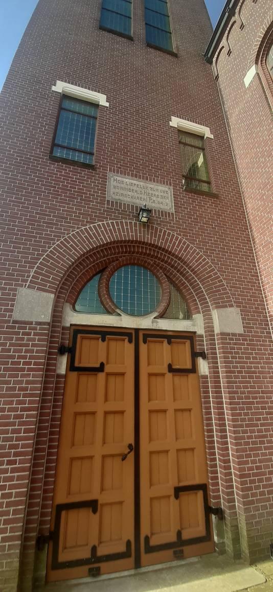 Een van de ingang van het monumentale kerkgebouw.