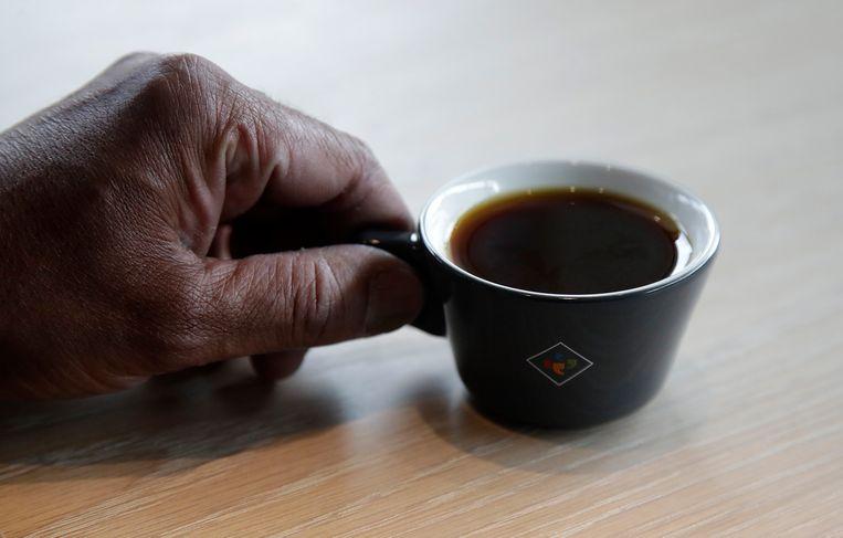 Bo Thiara van Klatch Coffee houdt een kopje Elida Natural Geisha 803-koffie vast in het filiaal van San Francisco.