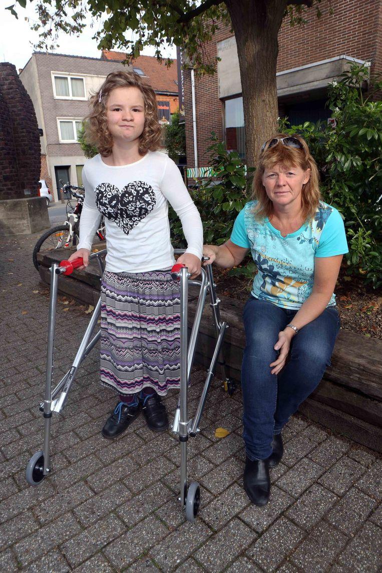 camille panis op het nieuwe looprek met mama anne roenen - De Vrijgezelle Meisjes 2014