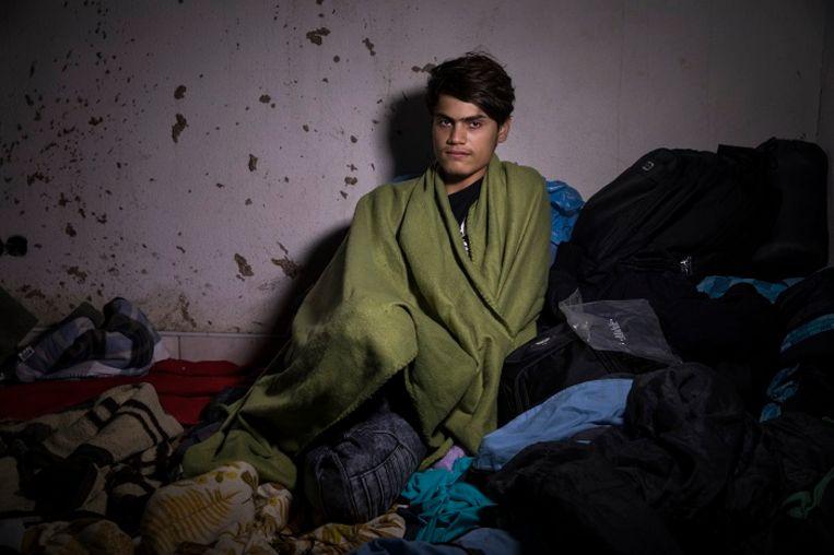 Mohamad Hussein, 17, Aleppo, Syrië. Mohamad zit al zestig dagen vast aan de grens. Zijn vader is vermoord door Islamitische Staat. Toen de Turken kwamen is hij opgepakt en mishandeld. Toen hij vrij kwam is hij weggegaan. Zijn moeder is nog in Jenderis. Hij heeft twee broers in Zweden en een in Duitsland. Mohamad wil het liefst naar Zweden. 'Als ik maar veilig ben,' zegt Mohamad. Beeld