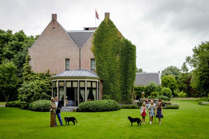 Koning Willem-Alexander, koningin Maxima, prinses Catharina-Amalia, prinses Alexia en prinses Ariane tijdens een koninklijke fotosessie in de tuin van Landgoed De Horsten.