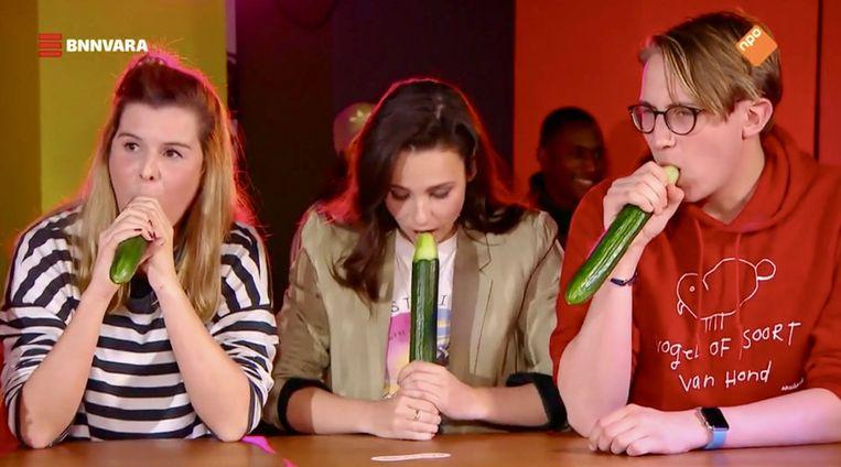 In 'Spuiten en Slikken' oefenden meisjes en een jongen hun orale techniek op een komkommer. Beeld BNNVARA