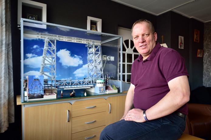 André de Jong bouwt de Boskoopse hefbrug na volgens de originele bouwtekeningen. Latere wijzigingen verwerkt hij niet. ,,Ik blijf niet aan de gang.''