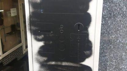 Vandaal besmeurt 32 parkeerautomaten met graffiti