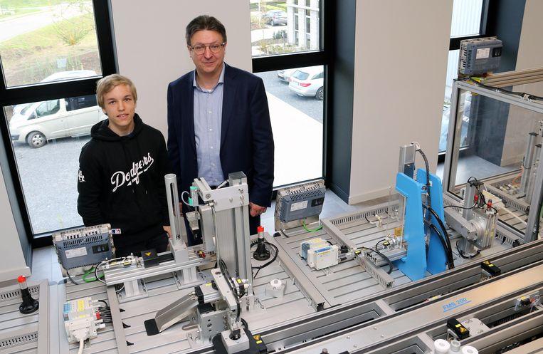 Yentl Hendrickx en Serge Casier bij de miniatuurfabriek.