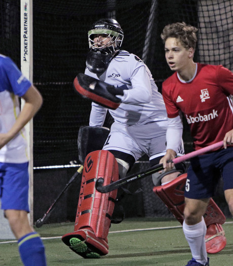 Keeper Schoonbergen stopt vier shoot-outs en is gevierde man bij hockeyers Oss