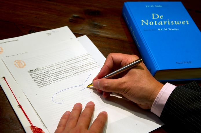 Het ondertekenen van een akte in een notariskantoor.
