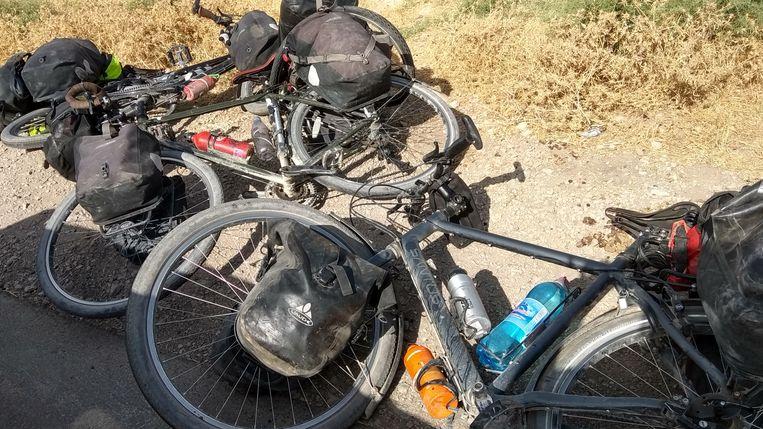 De fietsen op Pamir Highway, een populaire fietsroute in Tadzjikistan.  Beeld null