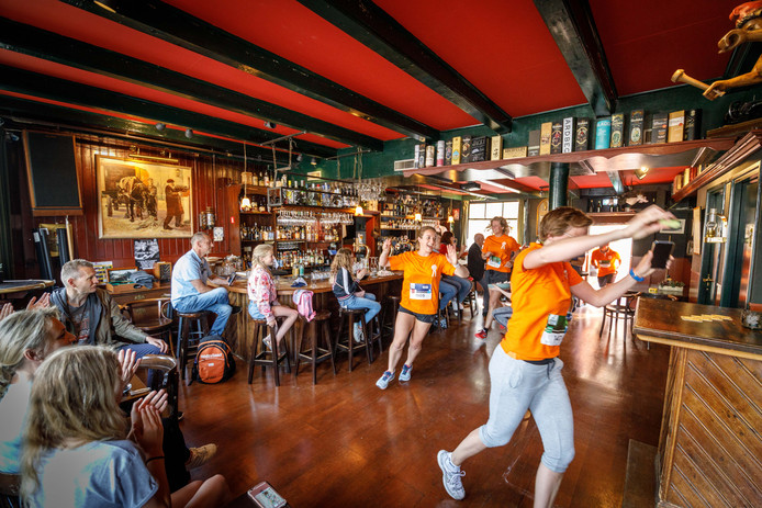 Geen bier, maar sporten in café De Tagrijn.