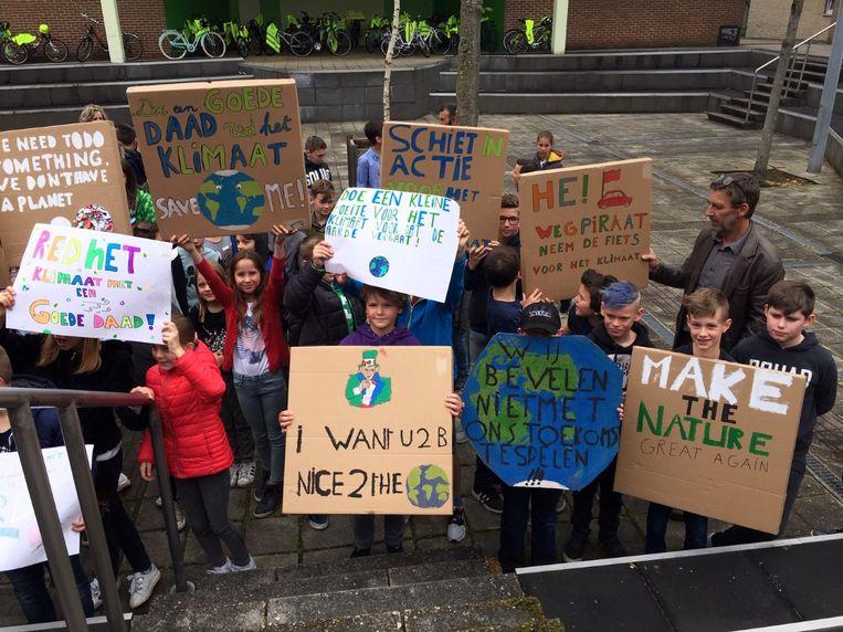 Op het klimaatcongres dat kinderen uit Zutendaal hielden, vroegen ze daden en acties. Dat maakten ze duidelijk op de spandoeken die tijdens een fotoshoot in de lucht staken.
