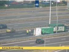 Aanhanger van vrachtwagen gekanteld bij Van Brienenoordbrug