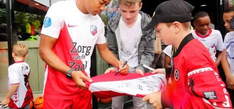 Spelerspresentatie en handtekeningen scoren tijdens open dag FC Utrecht (tussen de buien door)