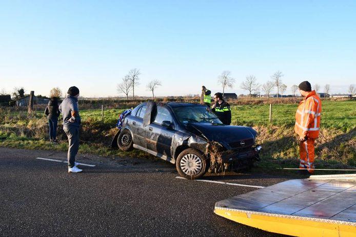 De auto werd door een bergingsbedrijf uit de sloot gehaald.