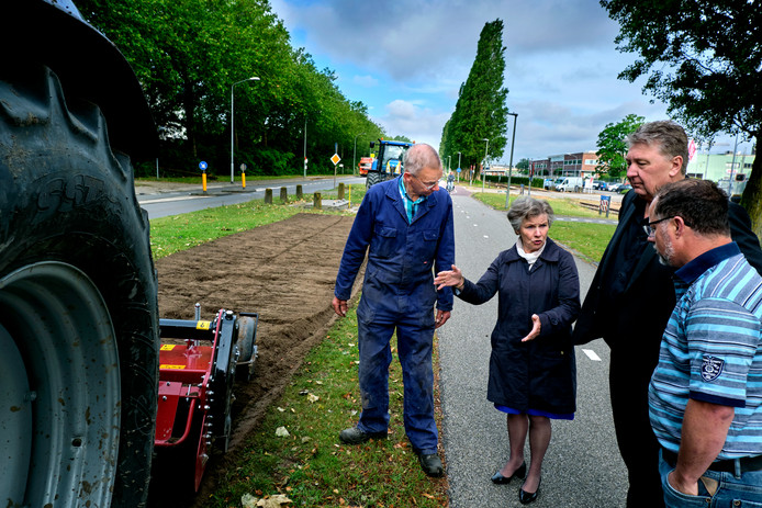 Wethouders Marco Stam (tweede van rechts) en Rinette Reynvaan (tweede van links)  in gesprek met zaaiers op de Baanhoekweg.