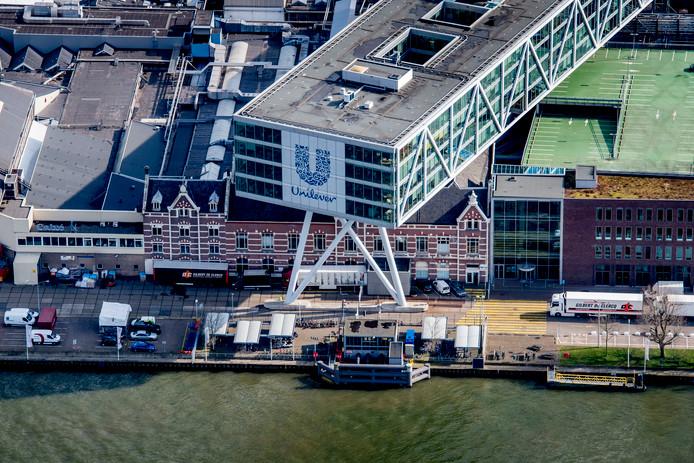 Luchtfoto van de vestiging van Unilever Nederland BV aan de Nassaukade in Rotterdam. De Britse regering gaat ervan uit dat Nederland de slag om Unilever wint.