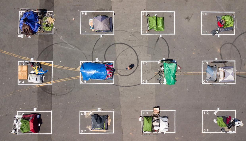 Het nieuwe normaal voor daklozen in San Francisco: iedereen een eigen rechthoek op de grond. Beeld AFP
