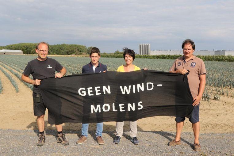 Kris en Ibbe Reynaert, Lieve Bouckaert en Bert Degrauwe van actiecomité Frontwind 2017 protesteerden de vorige keer al tegen de mogelijke komst van twee windmolens.