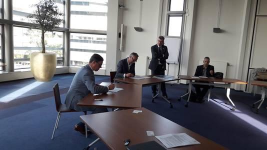 De Vlissingese burgemeester Bas van den Tillaar (links) en projectontwikkelaar Yoeri Kambier ondertekenen de contracten voor de bouw van twee appartemententorens.