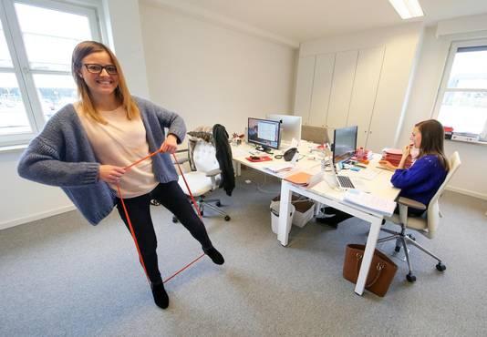 Werkneemster Justine Kindt doet aan krachttraining op kantoor.