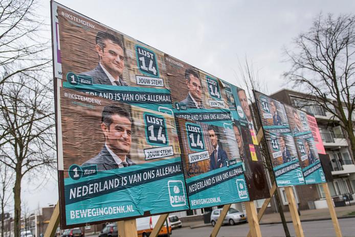 Het plakbord voor verkiezingsposters is helemaal bepakt met posters van DENK. FOTO Thomas Segers