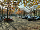 De parking die plaats maakt voor het nieuwe onderwijs- en studiegebouw. Rechts het Cube-gebouw.