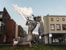 Kunstenaar Sander van Mil plaatst 'illegaal' 3,5 meter hoog beeld op Julianaplein Amersfoort