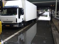 Vrachtwagen slaat af in Spoortunnel Gouda door flinke regenoverlast