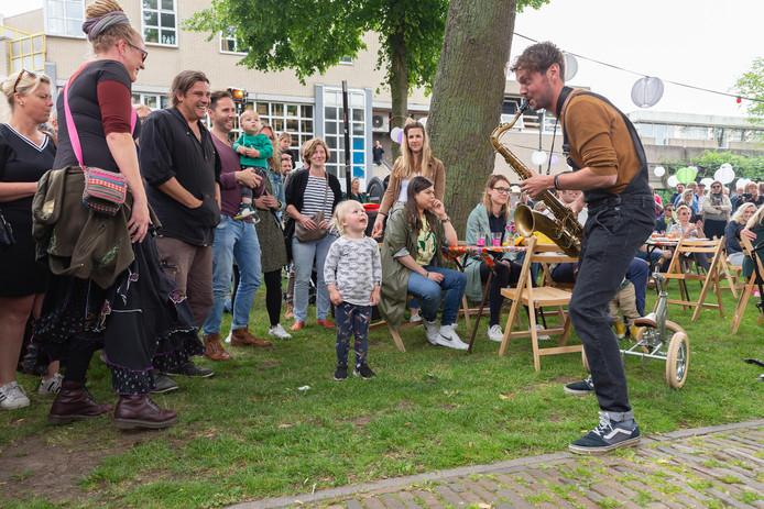 Festival Zwolle Unlimited is gisteren begonnen. Op de foto gezelschap Naft, muzikanten die een mix van house, techno en beats spelen op akoestische instrumenten. In Zwolle kregen ze er een nieuwe jeugdige fan bij.