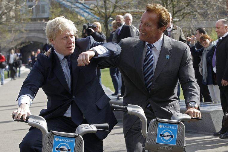 Burgemeester Boris Johnson fietsend met Arnold Schwarzenegger (2011). Beeld reuters