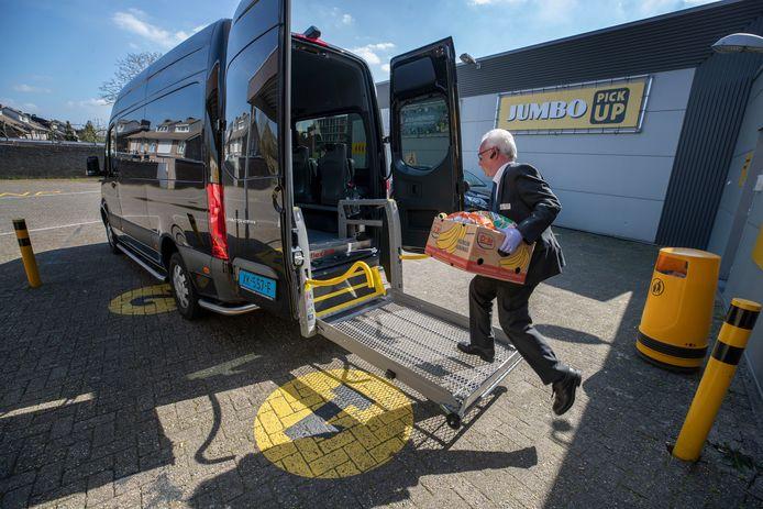 Taxichauffeur Hans Pelle van Werotax haalt boodschappen op bij Jumbo in Son.