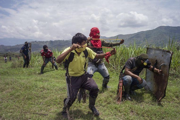 Gevechten tussen leden van de Nasa-stam en de politie in de buurt van het Colombiaanse dorp Calota. Beeld Stephen Ferry