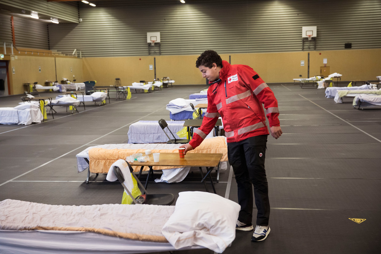Vrijwilligers van het Rode Kruis helpen bij een daklozenopvang in Osdorp.  Beeld Arie Kievit