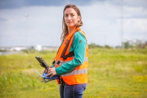 """Architectuurfotografe Emmy Beyls (36) uit Zulte volgt een drone-opleiding bij Noordzee Drones omdat  klanten bleven aandringen op luchtbeelden. """"Het werd hoog tijd voor een opleiding"""", vertelt ze."""