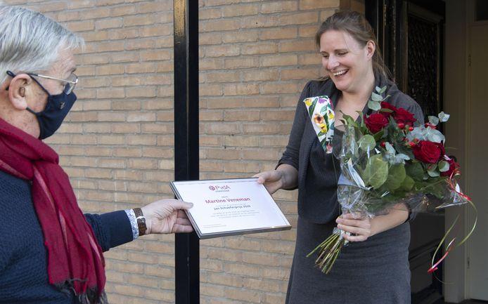 Martine Veneman krijgt de Jan Schaeferprijs uit handen van raadslid André Boersma.